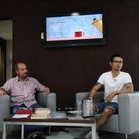 """<strong><a href=""""http://www.chilicomcarne.com/index.php?option=com_rsgallery2&Itemid=42&catid=114"""">Rui Eduardo Paes</a></strong> com Koji Pereira no <a target=""""_blank"""" href=""""http://chilicomcarne.blogspot.pt/2014/02/rep-no-encontro-de-costas-belo.html"""">Café Controverso</a>"""